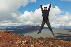 De toerist bij de bovenkant van Wandelingssleep beklimt aan de Spleetuitbarsting 1975 van Tolbachik van de het Noordendoorbraak G Royalty-vrije Stock Afbeeldingen