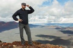De toerist bij de bovenkant van Wandelingssleep beklimt aan de Spleetuitbarsting 1975 van Tolbachik van de het Noordendoorbraak G Stock Foto