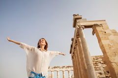 De toerist dichtbij de Akropolis van Athene, Griekenland royalty-vrije stock foto's