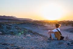 De toerist die op de overweldigende mening van onvruchtbare vallei en bergen in Namib letten verlaat, onder de belangrijkste reis royalty-vrije stock foto's