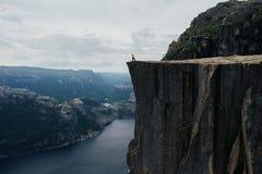 De toerist die van de aardfotograaf zich bovenop de berg bevinden bea stock foto