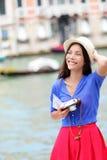 De toerist die van de reisvrouw in Venetië, Italië reizen Stock Fotografie