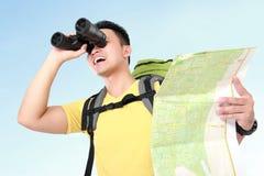 De toerist die van de wandelaarmens met verrekijkers kijken Stock Foto's