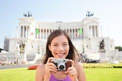 De toerist die van Rome fotobeeld op retro camera nemen Stock Foto