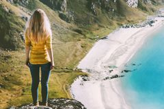 De toerist die van de de vakantiesvrouw van de de zomerreis zich alleen op bergklip bevinden royalty-vrije stock afbeeldingen