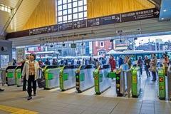 De toerist en de Japanse mensen lopen binnen Kamakura-station, is dit een geschikt vervoerssysteem, Snelst in Japan stock foto