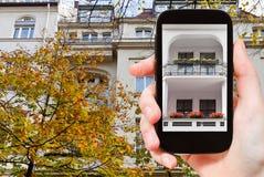 De toerist fotografeert stedelijk huis Berlijn in de herfst stock afbeeldingen