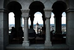 de toerist geniet van dranken bij de visser bastillon terwijl het kijken over cityscape met een eerste mening over het parlement royalty-vrije stock foto
