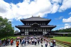 De toerist geniet van om Todiji-tempel in heldere hemeldag te bezoeken Royalty-vrije Stock Afbeelding
