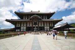 De toerist geniet van om Todiji-tempel in heldere hemeldag te bezoeken Stock Afbeelding