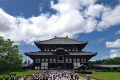 De toerist geniet van om Todiji-tempel in heldere hemeldag te bezoeken Royalty-vrije Stock Afbeeldingen