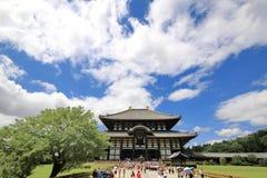 De toerist geniet van om Todiji-tempel in heldere hemeldag te bezoeken Stock Foto