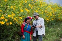 De toerist geniet de zonnebloemengebied van de foto van openluchtaard Royalty-vrije Stock Foto's