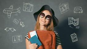 De toerist houdt Paspoort en Kaartje stock video