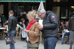 De toerist kijkt in een kaart op 27 April, 20 Stock Foto