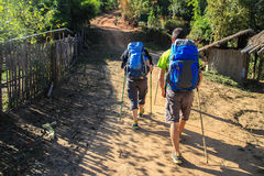 De toerist komt aan trekking op berg Stock Foto