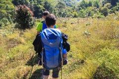 De toerist komt aan trekking op berg Stock Afbeelding