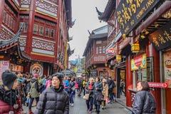 De toerist komt aan Yuyuan-Tuin in de vakantie, de stad China van Shanghai stock fotografie
