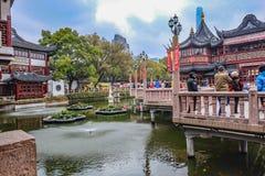 De toerist komt aan Yuyuan-Tuin in de vakantie, de stad China van Shanghai stock afbeeldingen