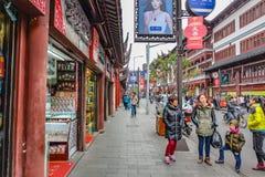 De toerist komt aan Yuyuan-Tuin in de vakantie, de stad China van Shanghai royalty-vrije stock afbeelding
