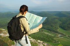 De toerist las de kaart stock foto