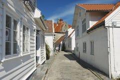 De toerist loopt door de straat van de oude stad in Stavanger, Noorwegen Stock Foto's