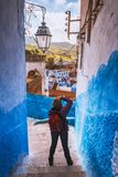 De toerist maakt beeld van de Blauwe stad van Chefchaouen van Marokko stock foto