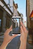 De toerist maakt een foto van oude straat in Tallinn, Estland stock afbeeldingen