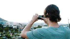 De toerist neemt beelden van een historische plaats in de stad van een het bekijken platform op smartphone stock videobeelden