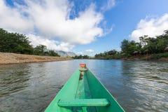 De toerist neemt een boot in liedrivier in Vang Vieng Royalty-vrije Stock Fotografie