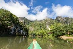De toerist neemt een boot in liedrivier in Vang Vieng Stock Foto
