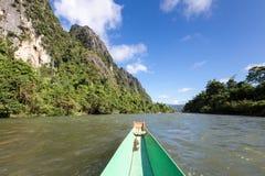 De toerist neemt een boot in liedrivier in Vang Vieng Stock Fotografie