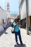 De toerist neemt foto in Griekse bondgenoot - Griekenland stock afbeeldingen