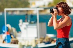 De toerist neemt foto in Griekse jachthaven stock foto's