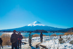 De toerist neemt foto met Fuji-berg en de achtergrond van het kawaguchikomeer van Natuurlijk Levend Centrum Stock Afbeelding