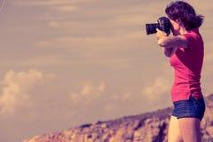 De toerist neemt foto op aard Mani Greece stock fotografie