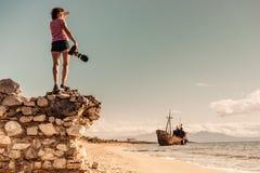 De toerist neemt foto op strand overzeese kust stock afbeeldingen
