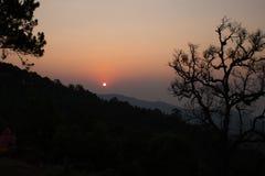 de toerist neemt foto van zonsopgang en bergmening Stock Foto's