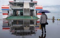 De toerist neemt veerboot aan Miyajima, Japan Royalty-vrije Stock Afbeeldingen