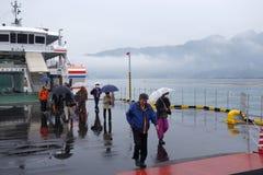 De toerist neemt veerboot aan Miyajima, Japan Stock Afbeeldingen