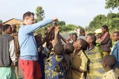 De toerist ontmoet de kinderen in Rwanda royalty-vrije stock foto's
