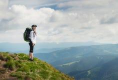 De toerist ontspant op de bergbovenkant stock fotografie