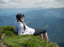 De toerist ontspant op de bergbovenkant stock afbeelding