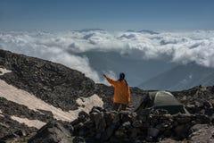 De toerist overweegt wolken Stock Afbeeldingen