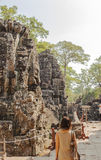De toerist in Prasat Bayon in de ochtend, Angkor Thom, Siem oogst, Kambodja stock foto