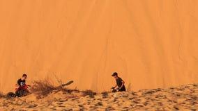 De toerist reduceert Vierling aan de Witte Voet van het Zandduin stock footage