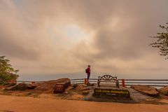 De toerist is reis mooie berg in phaMorE-Dang, Sisaket, Thailand stock foto's