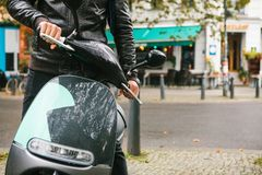 De toerist scheepte een elektrische autoped in Een populair voertuig in de stad wordt genoemd een elektrische autoped Op de achte royalty-vrije stock afbeelding