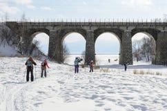 De toerist-skiërs gaan onder circum-Baikal Spoorwegbrug royalty-vrije stock foto's