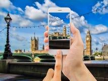 De toerist steunt camera mobiel in de Big Ben royalty-vrije stock afbeeldingen